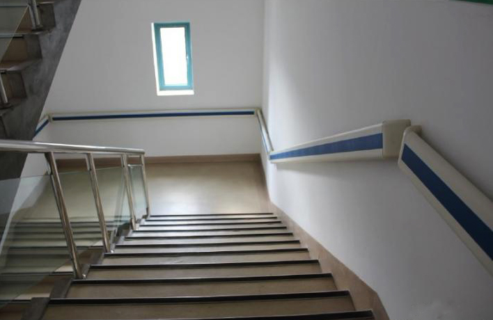 医院楼梯间的140防撞扶手